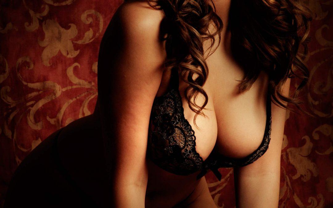 Scarlet Gorgeous Voluptuous Brunette Model